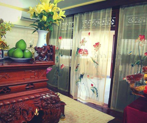 Rèm phòng thờ bằng voan thêu sen truyền thống