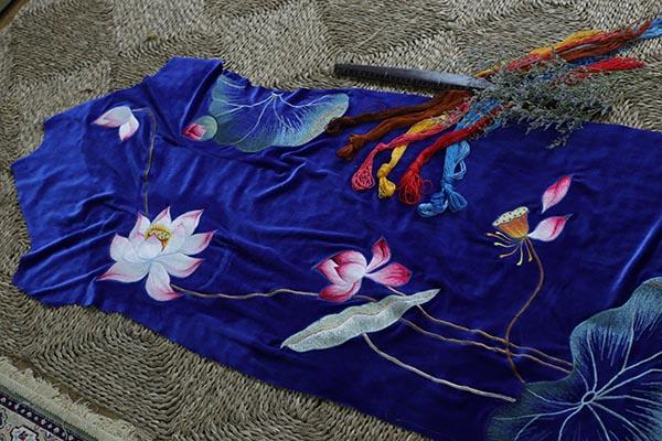 Mẫu vải thêu hoa sen