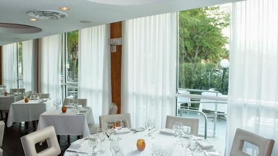 Nên chọnrèm cửa đẹp nhà hàng chất lượng dựa vào nội thất bên trong nhà hàng