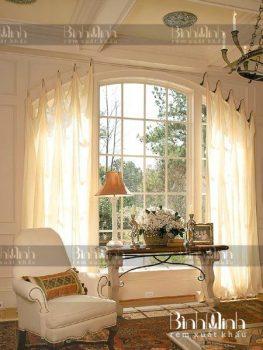 Rèm cửa màu kem giúp không gian phòng khách tươi sáng và trang nhã hơn