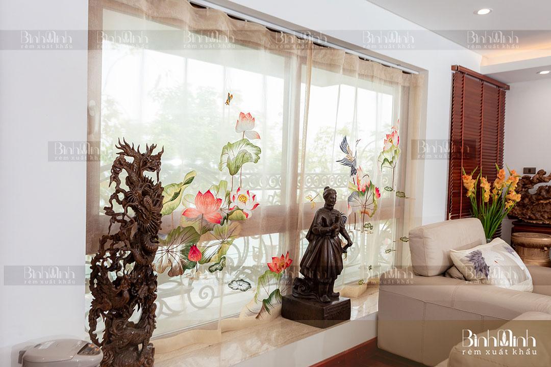 Rèm phòng khách với mẫu rèm thêu Vườn Sen