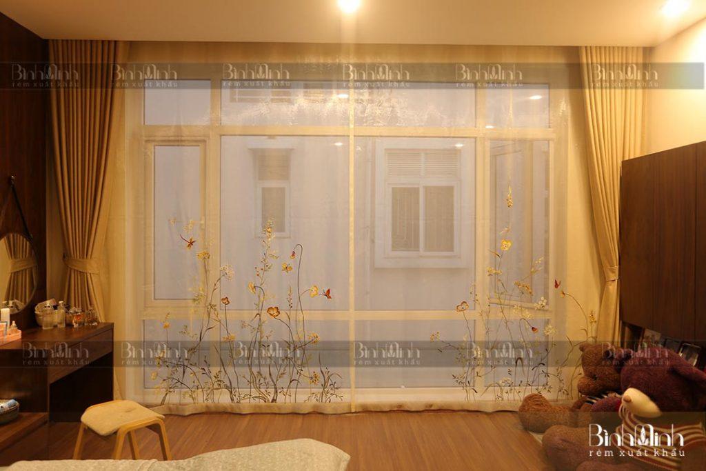 Rèm phòng ngủ đẹp với mẫu hoa anh thảo