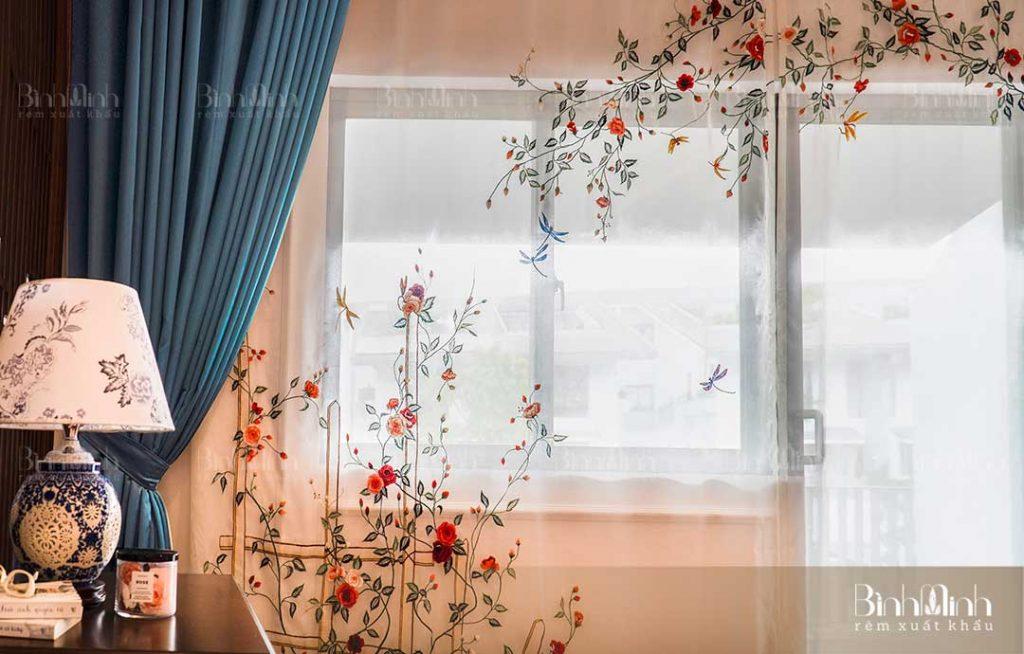 Rèm vải Nhật sử dụng tông màu nhẹ nhàng cho phòng khách