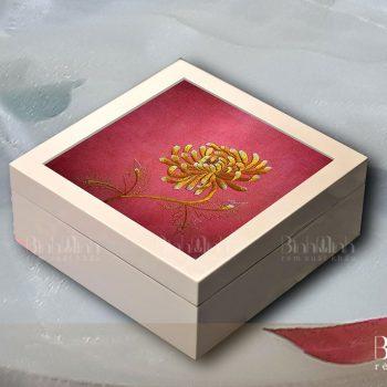 Hộp gỗ sơn mài tranh thêu hoa Cúc – HSM02