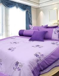 Bộ chăn ga gối đệm màu tím với họa tiết hoa tinh tế, sang trọng