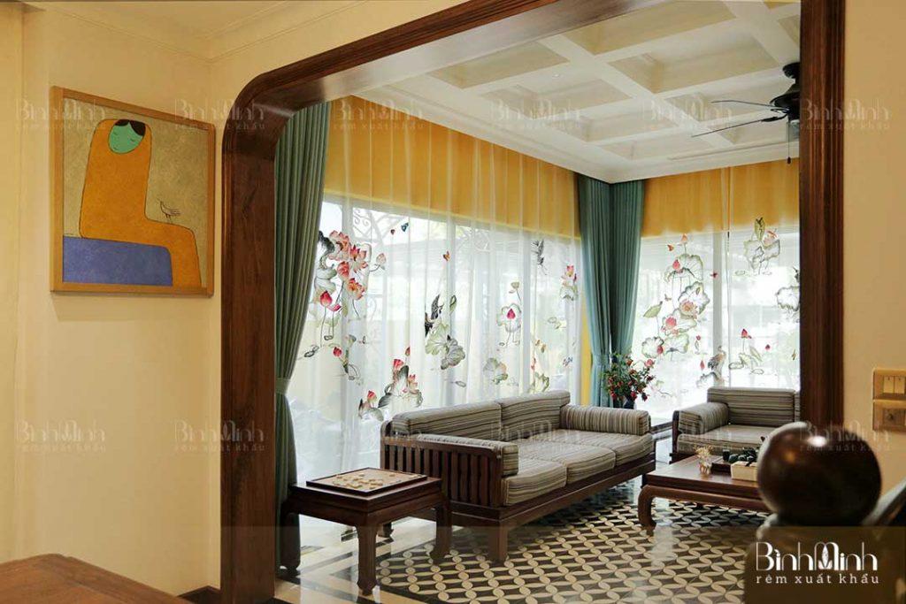 Chọn rèm cửa phòng khách có màu sắc hài hòa cân đối