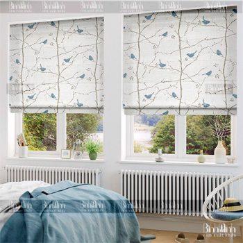 Thiết rèm roman họa tiết trên nền trắng vô cùng đẹp mắt.